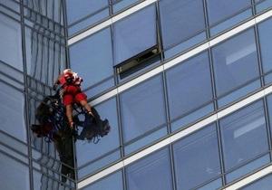 54-летний американец забрался по стене на небоскреб