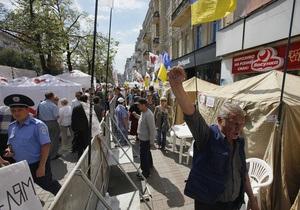 БЮТ: В Киеве задержали машину, перевозившую воду и футболки в палаточный городок оппозиции