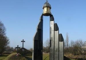 В селе Базар Тягнибок и ветераны УПА почтили память погибших солдат армии УНР