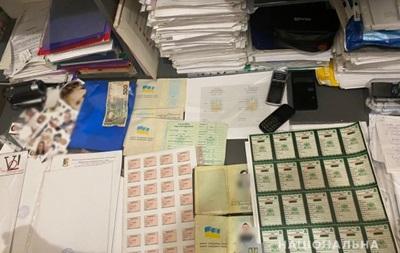 На Київщині затримали торговців підробленими документами
