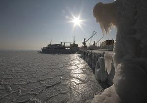 Вертолет МЧС эвакуировал со льда Азовского моря экипаж тонущего сухогруза
