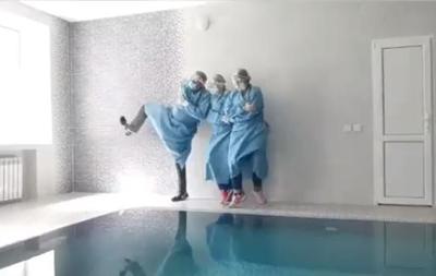 У Луцьку медики показали  антикоронавірусний  танець