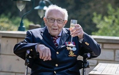 Британия празднует 100-летие ветерана, собравшего миллионы на COVID-19