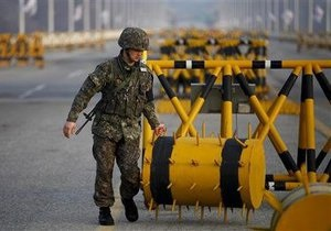 Пусковая установка ракеты КНДР приведена в поднятое положение