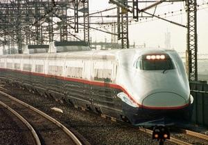 В Японии из-за непогоды сошел с рельсов пассажирский поезд