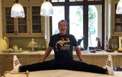 Шварценеггер показал шпагат на кухонном столе