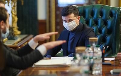 Зеленский поручил главам ОГА решить проблему с доплатами медикам