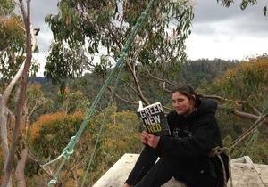 Новости Австралии: В Австралии живущей на дереве женщине пришлось спуститься с него из-за пожара