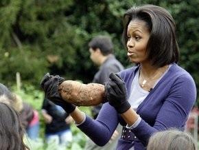 Мишель Обама закрыла огородный сезон, собрав последний урожай на лужайке у Белого дома