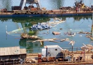 Из затонувшего в Ильичевске танкера вытекает топливо и машинное масло
