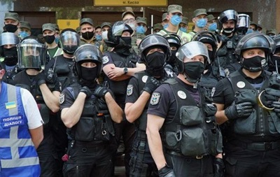 Шевченковский суд штурмуют поручители Стерненко