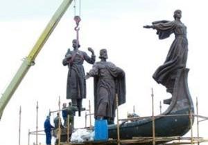 В Киеве установили третью фигуру памятника основателям города