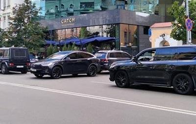 Андрій Богдан припаркувався поперек дороги