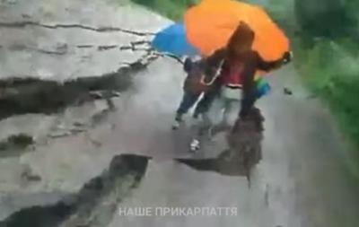 В Яремчі зсув почався під ногами жінки з дітьми