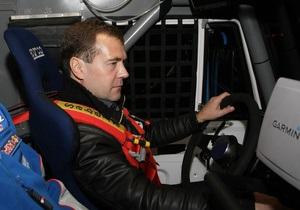 Медведев прокатился на гоночном КАМАЗе