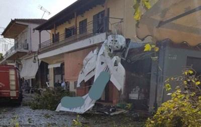 В Греции легкомоторный самолет рухнул на жилой дом
