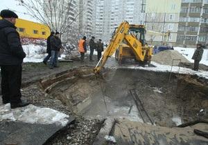 В Киеве прорвало трубу: автомобиль ушел под землю, затоплен микрорайон