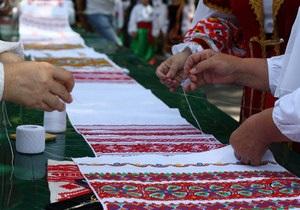 В Донецке презентовали вышитый рушник длиной более восьми метров