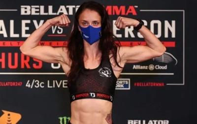 В Bellator девушка одолела свою соперницу приемом 'хруст скорпиона'