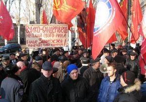 В Запорожье после суда над тризубовцами произошла потасовка между активистами КПУ и Свободы