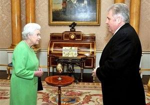 Посол Украины подарил королеве Британии деревянное яйцо
