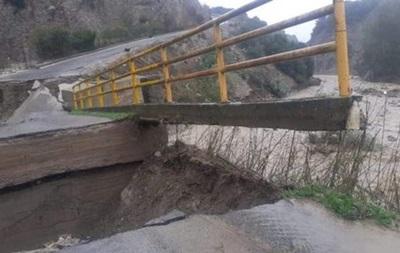 В Италии из-за наводнения обрушился автомобильный мост