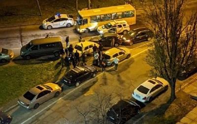 В Киеве авто уходило от погони и протаранило несколько машин