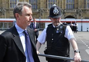Вице-спикера британского парламента арестовали по подозрению в изнасиловании пяти мужчин