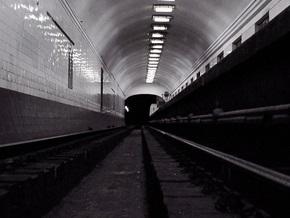 На станции метро Крещатик женщина упала на рельсы