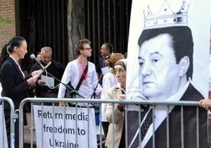 Участники акции протеста в Нью-Йорке призвали не верить  украинскому диктатору