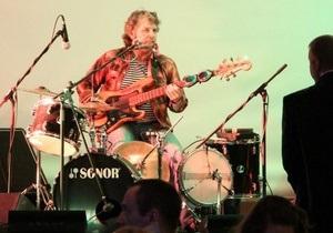Музыкант установил рекорд Украины, сыграв на 10 инструментах одновременно