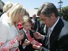 Ющенко поставил автограф на галстуке и посетил музей пчеловодства в Виннипеге