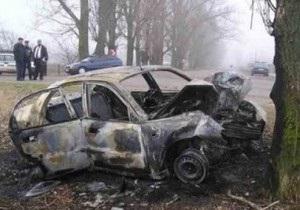В Крыму Chevrolet столкнулся с деревом и загорелся, погибли три человека