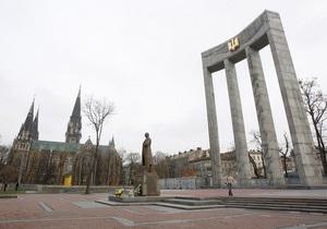 Памятник Бандере во Львове вызвались охранять полсотни добровольцев