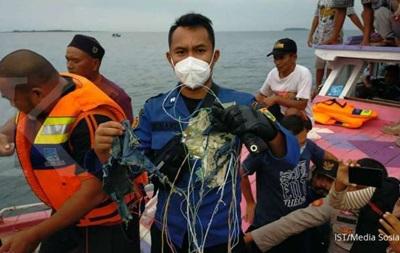 Крушение самолета в Индонезии: появилось первое видео с места происшествия