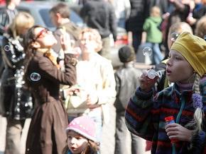 Тысячи москвичей собрались в центре города, чтобы пускать мыльные пузыри