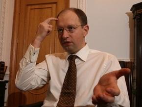 Яценюк убежден, что в Украине только украинский язык должен иметь статус государственного