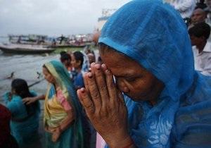 В Индии в результате падения трактора в пруд погибли более 40 паломников