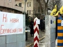 Во Львове пикетируют генконсульство Польши: Пора уважать украинцев