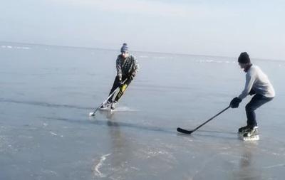 Мариупольские хоккеисты сыграли на замерзшем Азовском море