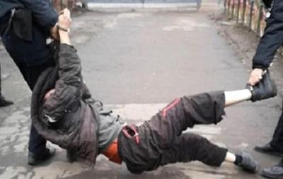На Сумщине копы наступили коленом на шею мужчине с инвалидностью