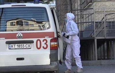 В Івано-Франківську  швидкі  з COVID-хворими годинами чекають біля лікарень