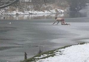 Англичанин спас упавшего в ледяную реку пса