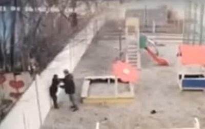 В Днепре мужчина до крови избил ребенка на детской площадке