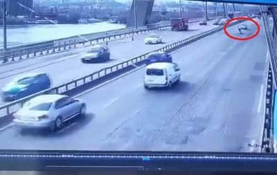 Момент падіння чоловіка з мосту на дорогу в Києві потрапив на відео