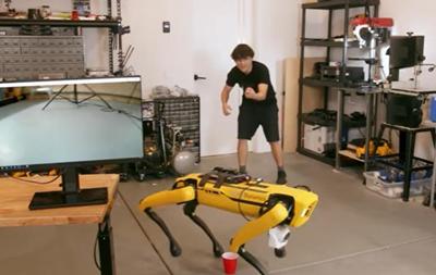 Робопса Boston Dynamics научили по команде ходить в туалет в стакан
