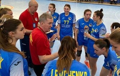 Украинские гандболистки дома разгромно проиграл в первом матче плей-офф ЧМ