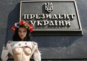 Фотогалерея: Грудью за Родину. Активистки FEMEN разделись против визита Медведева