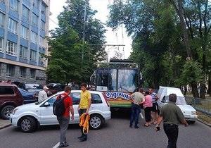 новости Днепропетровска - ДТП - парковка - стопхам - В Днепропетровске прохожие оттащили припаркованный автомобиль, который перекрыл движение и спровоцировал ДТП