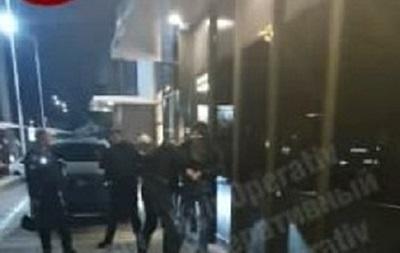 В Киеве вооруженный мужчина устроил дебош на парковке McDonald s